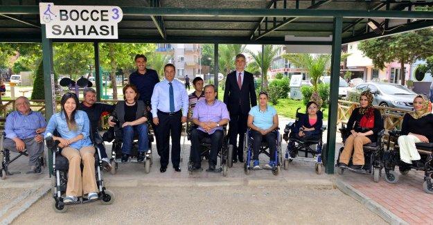 Vali Türker engellilerle  bocce oynadı