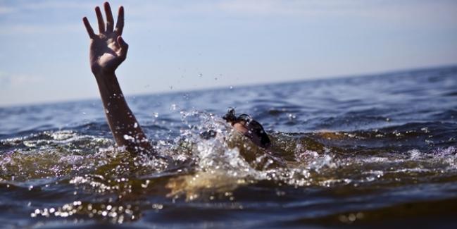 Denize giren genç boğularak can verdi