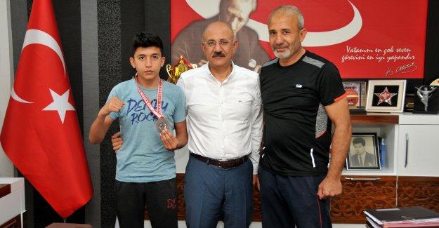 Genç boksörden  Müdür'e ziyaret