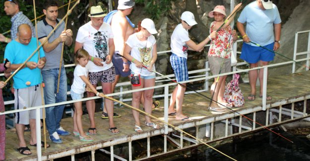 Asırlık çınar altında  balık avlama keyfi