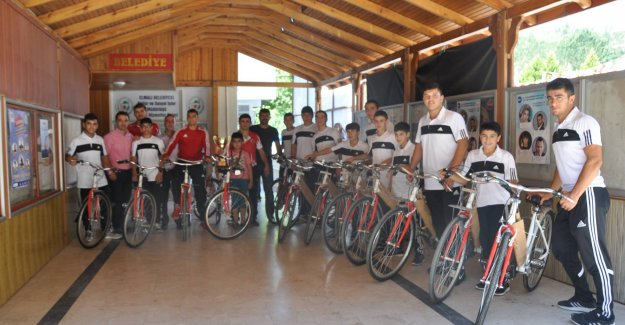 Genç sporculara hediye bisiklet