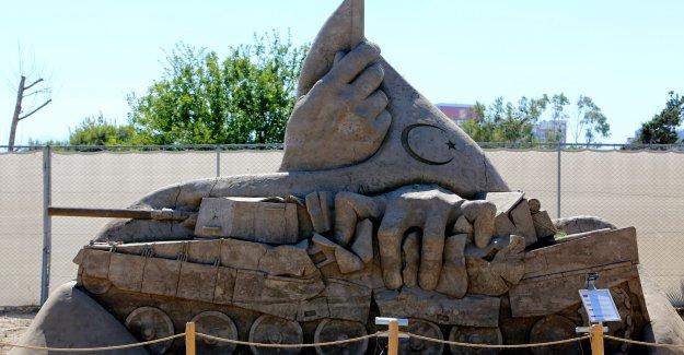 Kum heykellerde 15 Temmuz köşesi