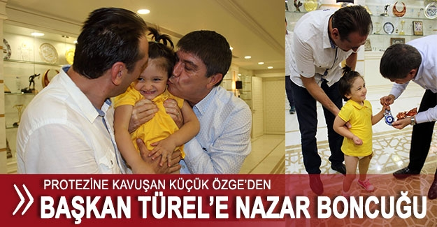 Küçük Özge'den Başkan Türel'e nazar boncuğu