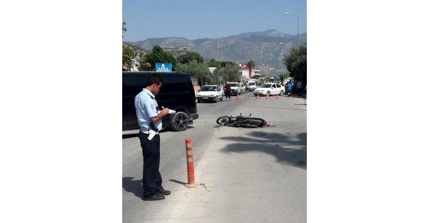 Motosikletiyle otoya çarptı