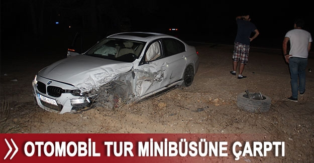 Otomobil tur minibüsüne çarptı