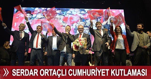 Antalya'da Serdar Ortaçlı Cumhuriyet kutlaması