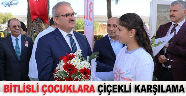 Bitlisli çocuklara çiçekli karşılama