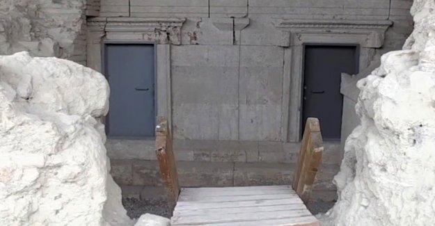 Perge'deki anıt mezarlara kapı