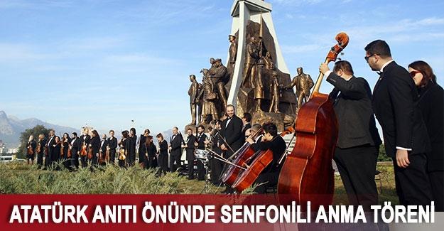 Atatürk Anıtı önünde senfonili anma töreni