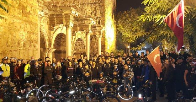 Bisikletçiler Ata'yı andı
