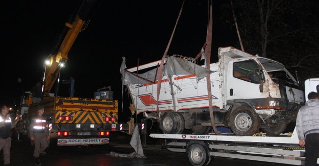 Kamyon devrildi, sürücüsü öldü
