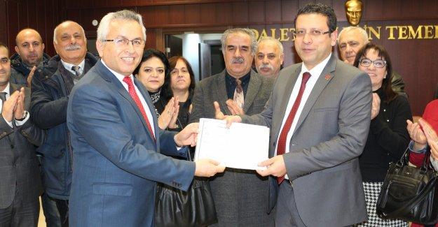 CHP'li Kumbul mazbatasını aldı