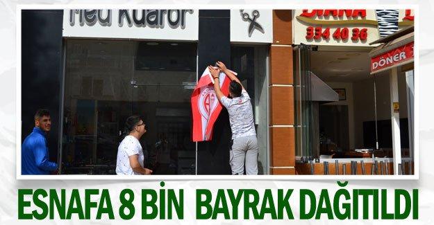 Esnafa 8 bin  bayrak dağıtıldı