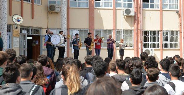 Gençlik Orkestrası okul törenlerinde