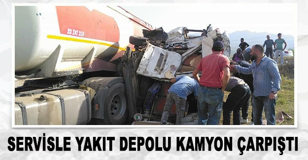 Servisle yakıt depolu kamyon çarpıştı