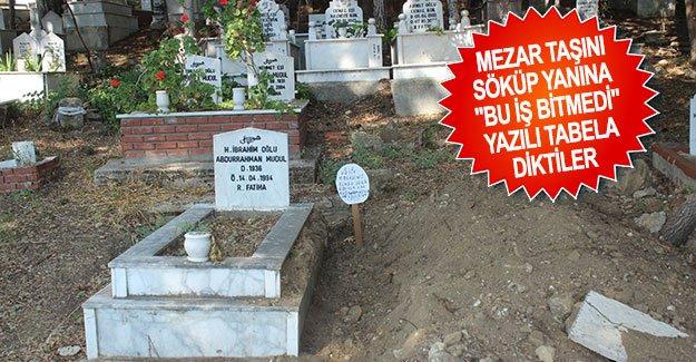 """Mezar taşını söküp yanına """"Bu iş bitmedi"""" yazılı tabela diktiler"""