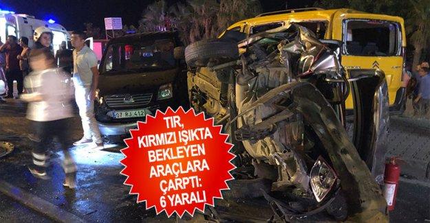 TIR, kırmızı ışıkta bekleyen araçlara çarptı: 6 yaralı