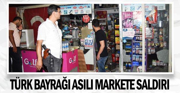 Türk bayrağı asılı markete taşlı sopalı saldırı