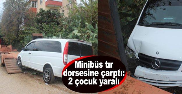 Minibüs tır dorsesine çarptı: 2 çocuk yaralı
