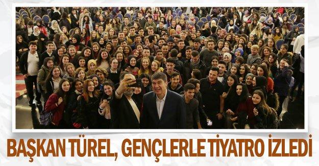 Başkan Türel, gençlerle tiyatro izledi