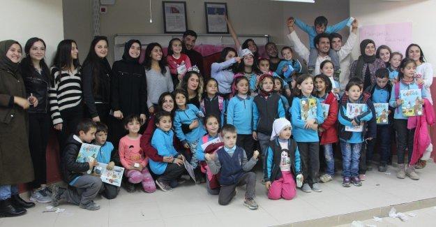 Öğrencilerden miniklere tiyatro gösterisi