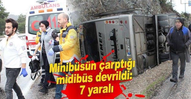 Minibüsün çarptığı midibüs devrildi: 7 yaralı