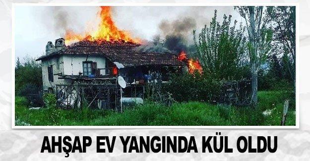 Ahşap ev yangında kül oldu