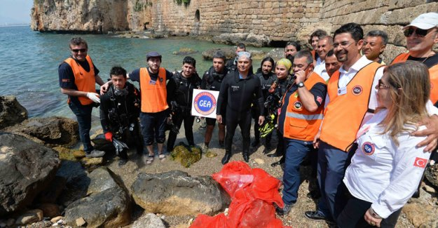 Festivalde ilk gün deniz dibi temizliği