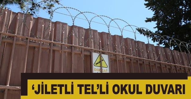 'Jiletli tel'li okul duvarı