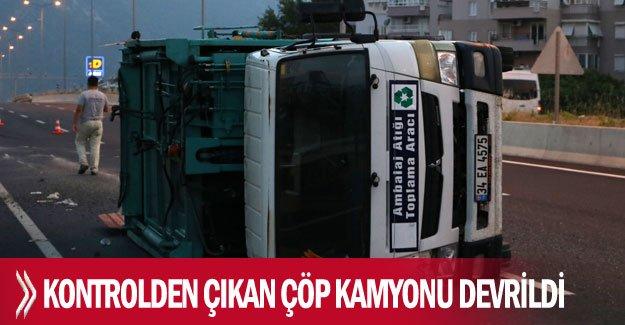 Kontrolden çıkan çöp kamyonu devrildi