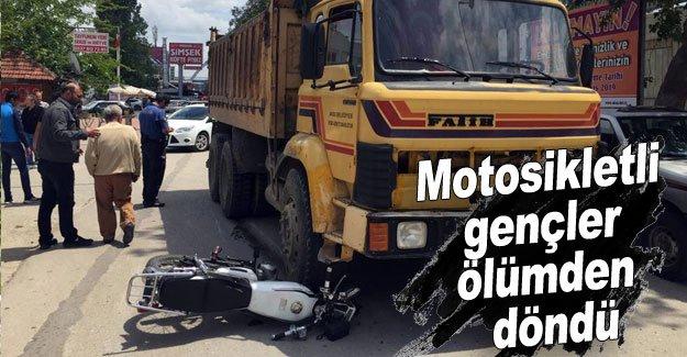 Motosikletli gençler ölümden döndü