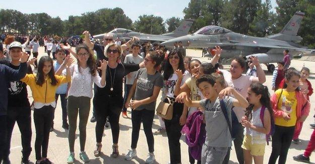 Öğrencilerin uçak sevinci