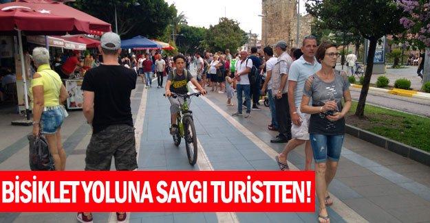 Bisiklet yoluna saygı turistten!
