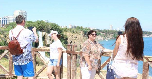 Dünyaca ünlü şelale tatilcilerle doldu
