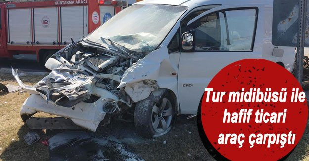 Tur midibüsü ile hafif ticari araç çarpıştı: 9 yaralı
