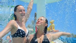 Antalya'da sıcak bunalttı, su parkları doldu