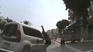 El freni boşalan araç trafiğe daldı