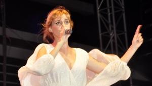 Gökçe: Şarkıcı canlı söylemeli