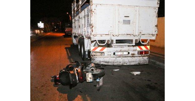 Kamyona çarpan motosiklet parçalandı