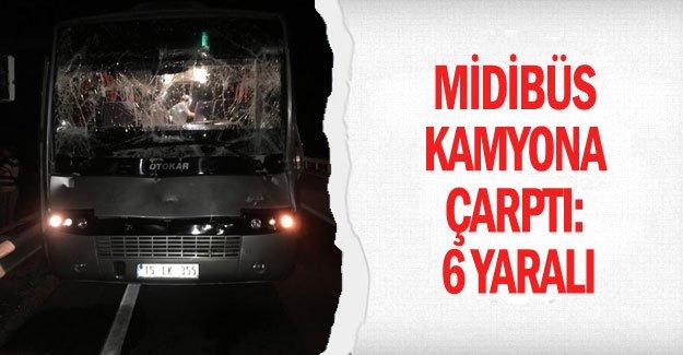 Midibüs kamyona çarptı: 6 yaralı