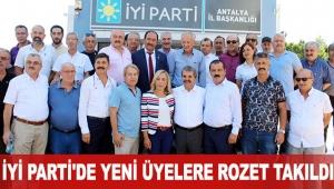 İYİ Parti'de yeni üyelere rozet takıldı