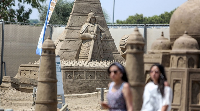 Kum heykellere Orta Doğulu turist ilgisi