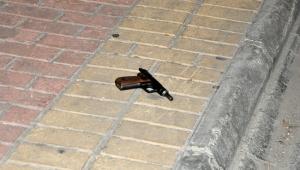 Arkadaşını tabancayla vurup kaçtı