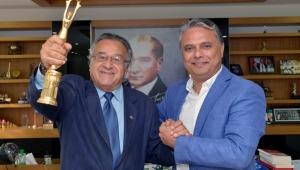 Ödül sevincini Uysal'la paylaştı