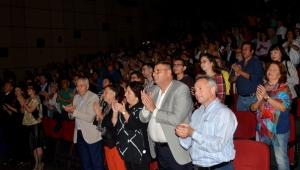 'Sensin Atatürk' ayakta alkışlandı