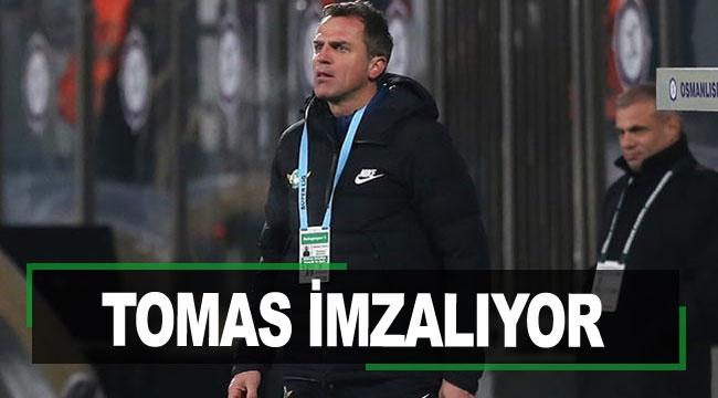 TOMAS İMZALIYOR
