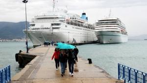 İki kruvaziyer Alanya Limanı'na demir attı