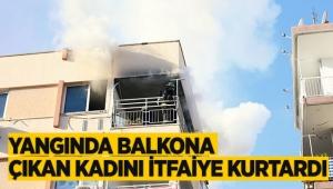 Yangında balkona çıkan kadını itfaiye kurtardı