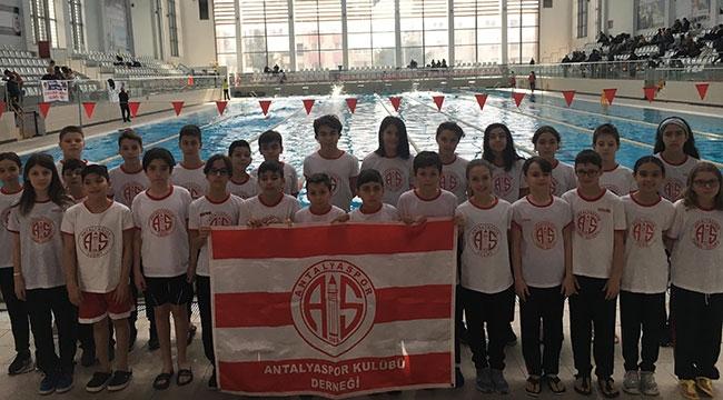 Yüzücülerden 78 madalya