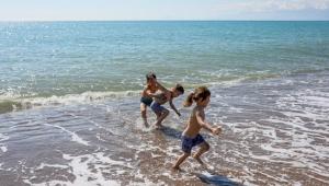 Antalya'da 3 kardeşin deniz keyfi
